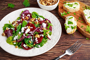 Panel Szklany Podświetlane Do gastronomi Healthy Beet Salad with fresh sweet baby spinach, kale lettuce, nuts, feta cheese and toast melted
