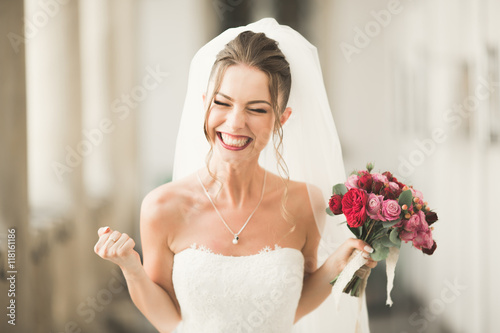Foto Luxury wedding bride, girl posing and smiling with bouquet