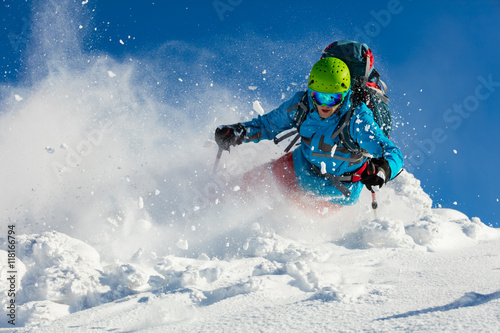 Poster Glisse hiver Freeride skier on piste running downhill