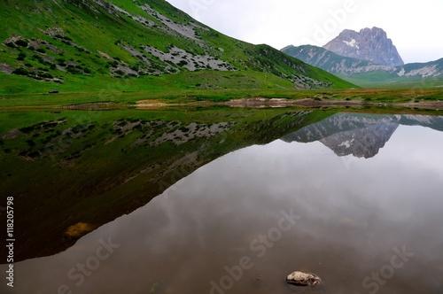 Photo sur Toile Reflexion Gran sasso riflesso nel laghetto, campo imperatore