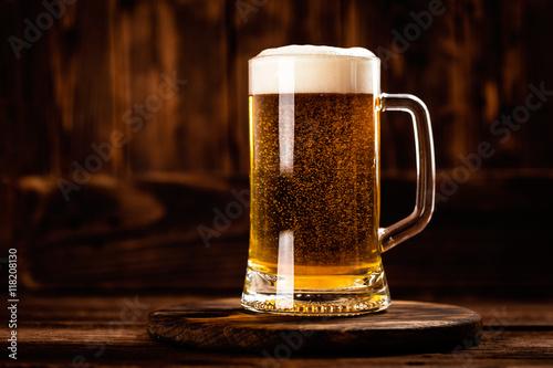 duzy-kufel-z-piwem-stojacy-na-okraglej-podkladce
