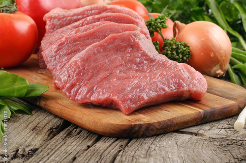 Foto op Aluminium Vlees Slices of pork with vegetables close up