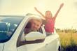 Familie fährt in Urlaub mit dem Auto