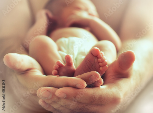 Fotografía  sleeping newborn baby on male hands