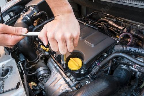 Zdjęcie XXL Ręki naprawia nowożytnego samochodowego silnika z wyrwaniem