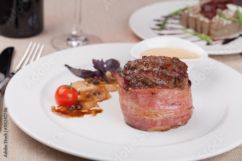 Photo  grilled fillet steak on an plate