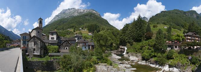 Fototapeta na wymiar Svizzera: vista dell'antico borgo di Lavertezzo con le case in pietra e la chiesa di Santa Maria degli Angeli il 29 luglio 2016
