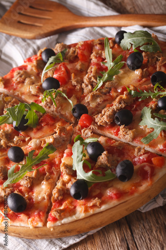 Poster Fleur Hot pizza with tuna, olives and arugula close-up. vertical