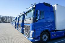 Blaue Lastkraftwagen In Reihe Abgestellt