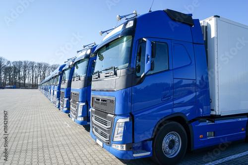 Photo  Blaue Lastkraftwagen in Reihe abgestellt