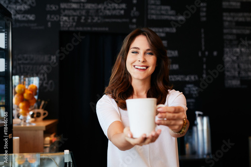 Photo Attractive waitress serving coffee