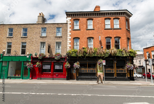 Stampa su Tela  building with bar or pub on street of Dublin city