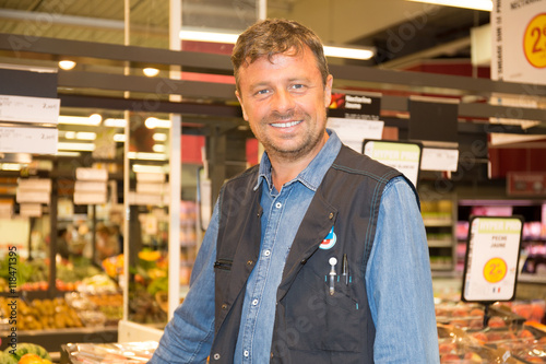 Fotografía  adult senior sale man with tomato at vegetable market shopping store