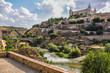 Vista del casco histórico y el río Tajo desde la Ronda de Juanelo en Toledo, España