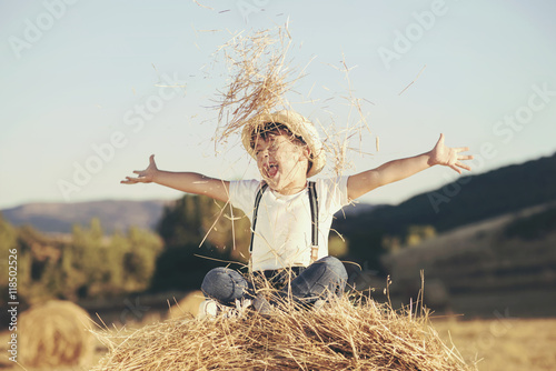 Fotografía  niño feliz en el campo