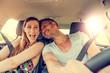 Paar beim Auto fahren