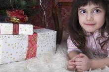 Kind In Weihnachtszenerie