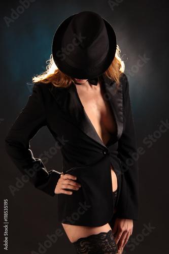 фотография  Frau mit Hut im modischen Jacket