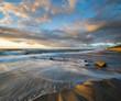 Piękny,naturalny pejzaż morski. Zachód słońca nad sztormowym morzem