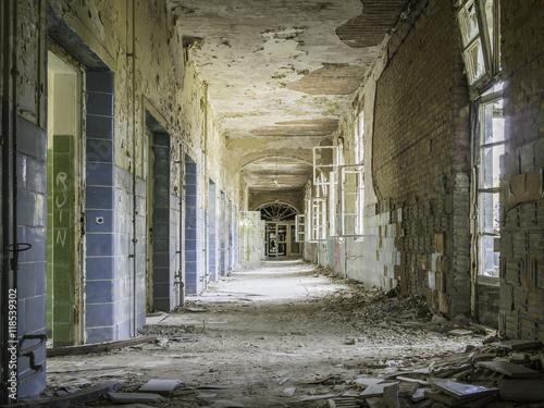 Photo sur Aluminium Ancien hôpital Beelitz Verfallener, baufälliger Flur in einem leerstehenden Krankenhau