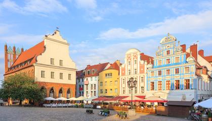 Szczecin - zabytkowe kamienice na Rynku Staromiejskim oraz gotycko-barokowy Ratusz Staromiejski na polskim szlaku czerwonego gotyku.