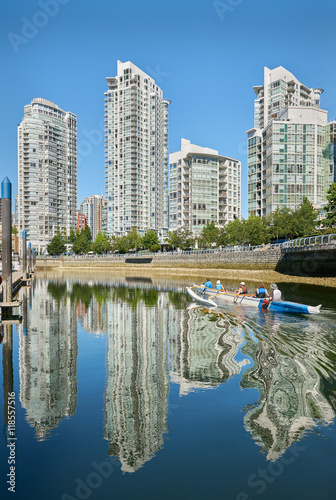 Spoed Foto op Canvas Canada False Creek Paddling, Vancouver. Sunrise reflects off Yaletown condominiums as rowers pass by. Vancouver. British Columbia, Canada.
