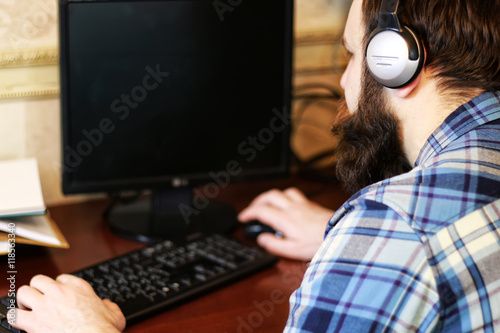 Photo  man play computer with headphones