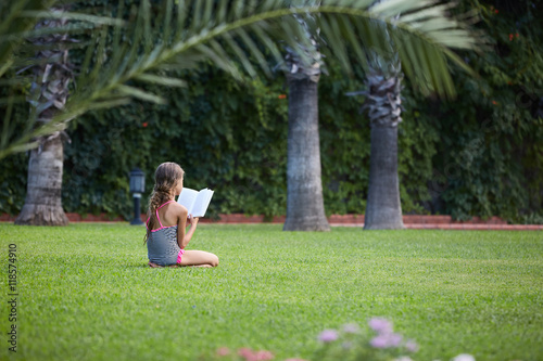 Poster Palmier Girl are reading book at green meadow