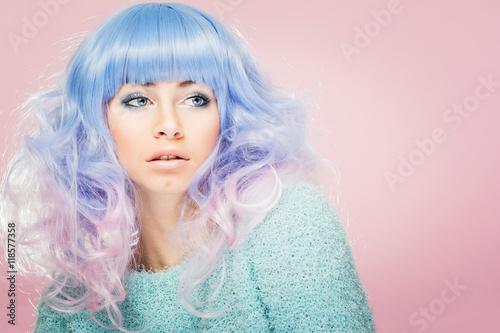 Zdjęcie XXL Wspaniała młoda kobieta z pastelowym niebieskim i różowym włosy. Modelka z kolorowymi włosami