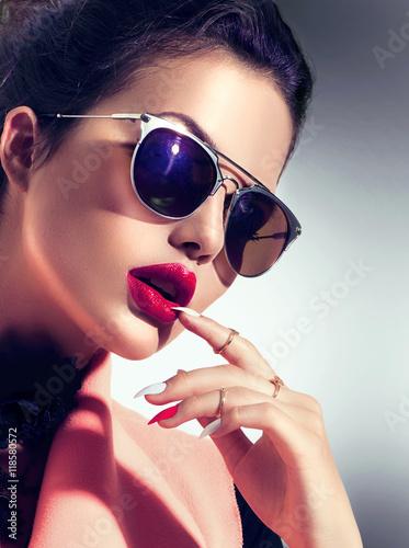 Foto op Plexiglas Beauty Sexy model girl wearing stylish sunglasses