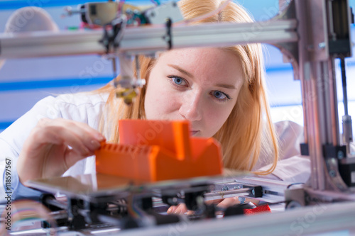 Fotografia  Young woman work with 3d printer