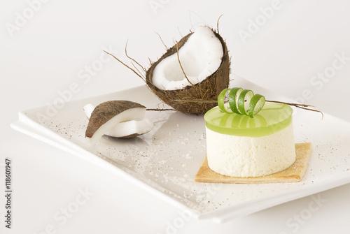 Fotografie, Obraz  Dolce cremoso al cocco ,con verde gelatina di lime,guarnito con ricciolo di lime