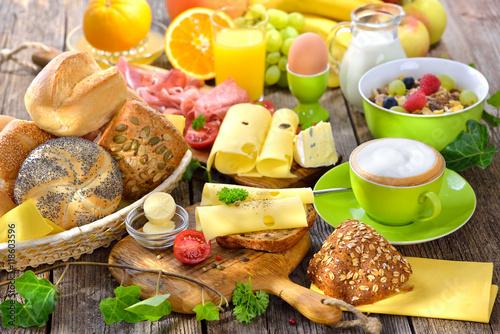 Rustikaler, Bunter Frühstückstisch Mit Käseröllchen Und Weiterer  Reichlicher Auswahl   Outside Served Colorful Breakfast With
