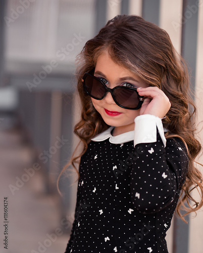 Beautiful little girl with fashionable sunglasses Tableau sur Toile
