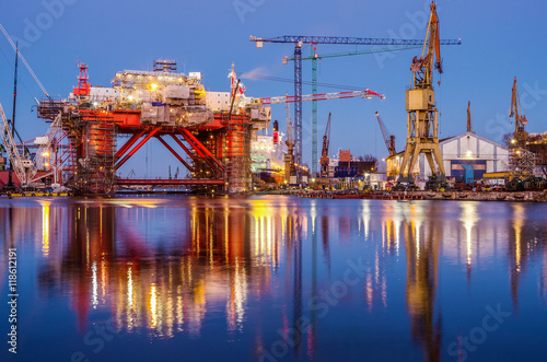Fotografia The oil platform under construction in the shipyard at night
