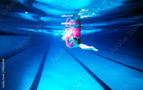 kobieta-w-rozowym-czepku-w-basenie-pod-woda
