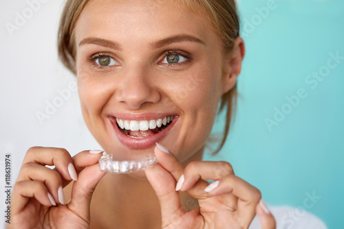 Fotografía Smiling Woman With Beautiful Smile Using Teeth Whitening Tray