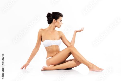 Fotografia  Piękna kobieta z doskonałym ciałem - uroda i pielęgnacja ciała