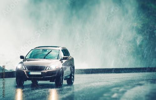Zdjęcie XXL Prowadzenie samochodu w ulewnym deszczu