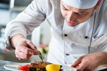 Koch Oder Küchenchef Beim Ess...
