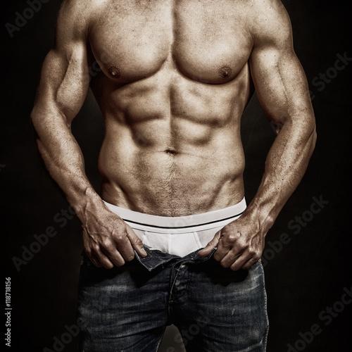 czlowiek-z-muskularnym-cialem-otwiera-spodnie