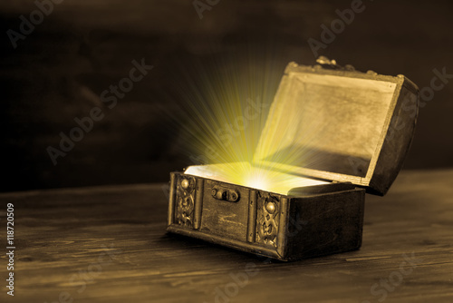Foto beautiful fairytale concept of retro chest with light miracle on
