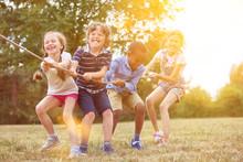 Gruppe Kinder Beim Tauziehen