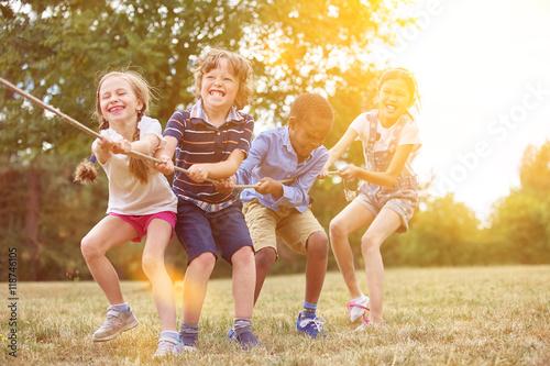 Fototapeta Gruppe Kinder beim Tauziehen