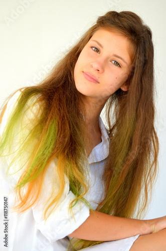 Fotografía  Молодая девушка с разноцветным омбреа на белом фоне