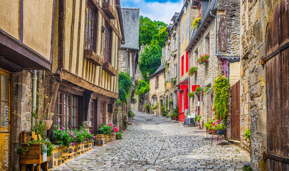 Fototapety, obrazy: Tradycyjne domy w wąskiej uliczce na starym mieście w Europie