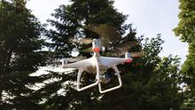Quadrocopter / Drohne Schwebend In Der Luft