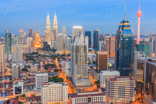Staande foto Kuala Lumpur KUALA LUMPUR, MALAYSIA - AUGUST 14, 2016: Kuala Lumpur cityscape showing Petronas twin tower, also known as KLCC building during blue hour from the top of Regalia Residence Kuala Lumpur, Malaysia.