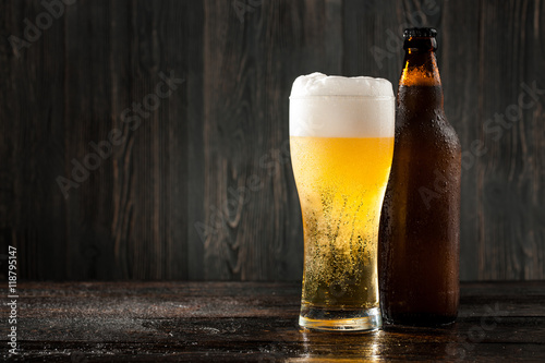 Photo sur Aluminium Biere, Cidre Glass of beer and beer bottle