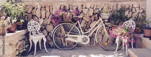 Foto op Plexiglas Fiets Grußkarte - altes Fahrrad mit Blumen - Spanien